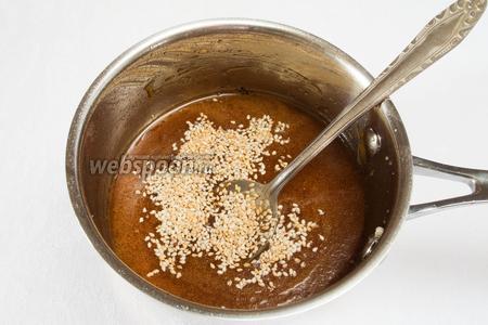 Следить за цветом, чтобы карамель не подгорела. Осторожно добавить лимонный сок. Добавить кунжут. Варить на малом огне.