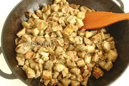 Обжарить кусочки баклажана на растительном масле. Отставить в сторону, чтобы немного остыли.