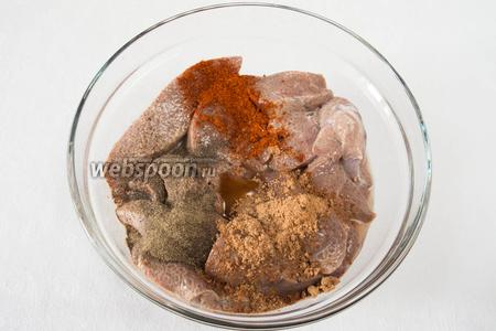 Печень промыть в большом количестве проточной воды. Засыпать специями и положить половину чайной ложки мёда. Оставить на 20 минут.