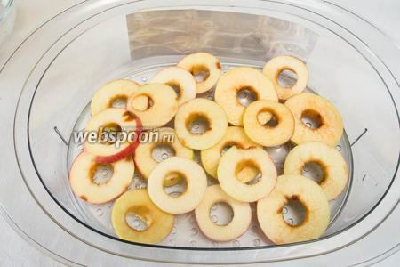 Для ускорения процесса сушки подержать яблоки в течение 5 минут над паром в пароварке.