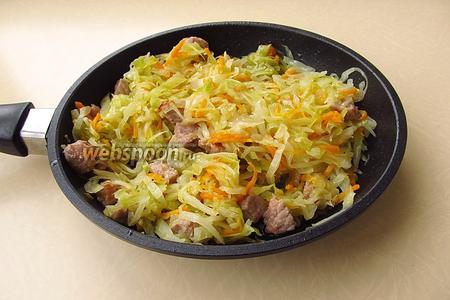 Соединить овощную массу с мясом и перемешать.