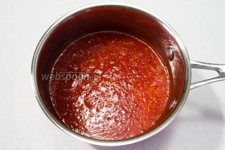 Влить тонкой струйкой растворённый крахмал, всё время помешивая, варить 2-3 минуты, пока соус не загустеет.