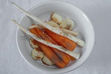 Корни петрушки почистить, морковь разрезать на узкие длинные части, чеснок разрезать на 2 части. Засыпать перцем и солью. Это начинка к мясу.