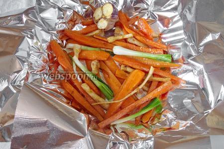 Жаренные овощи разложить на фольгу для запекания, добавить зелёный лук.