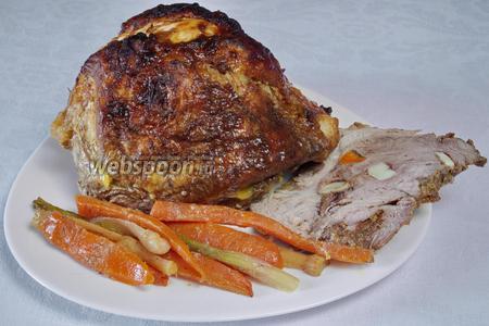 Вынуть из духовки. Остудить. Поставить в холодильник до полного остывания. Подавать к столу с печёными овощами.