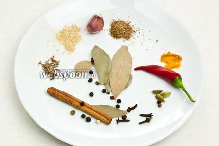 Тем временем необходимо подготовить специи. Взять лавровый лист, чёрный и красный перец, кориандр, куркуму, гвоздику, тмин и имбирь. Все специи размолоть в ступке до порошкообразного состояния.