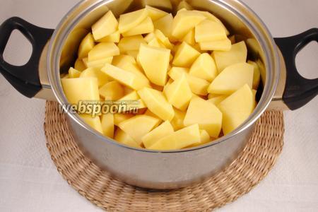 Картофель почистить, залить горячим рыбным бульоном. Подсолить, отварить до готовности. Слить жидкость в отдельную ёмкость, потолочь картофель в пюре, добавив сливочное масло и долить отвар по мере необходимости, чтобы получилось не сухое и не жидкое пюре.
