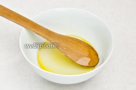 В другой миске смешать щепотку соли, треть чайной ложки сахара и оливковое масло.