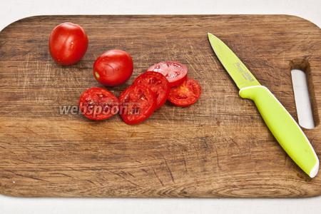 Нарезать помидоры кольцами.