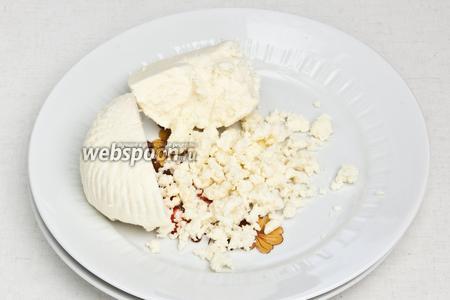 Сыр мелко размять руками.