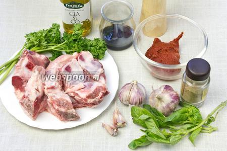 Для такого блюда возьмите: свиные рёбрышки, чеснок, свежий базилик и петрушку, томатную пасту или кетчуп, соевый соус, оливковое масло, соль и перец.