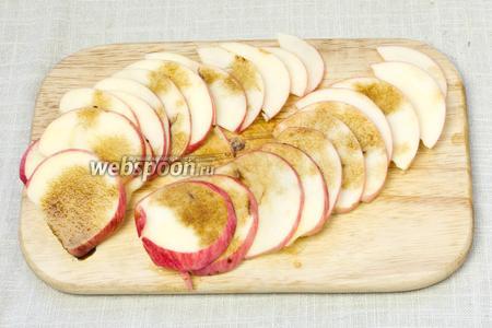 Яблоко помыть, вынуть серединку и нарезать тонкими дольками. Сбрызнуть бальзамическим уксусом.