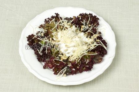 Добавить половинки винограда. Посыпать салат жареными семечками (очищенными) и тёртым пармезаном. Подавать порционными тарелками.