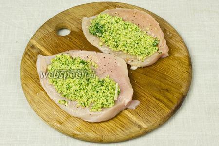 Наполнить куриные «кармашки» зелёной пастой.