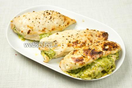 Запечённые грудки немного остудить и подавать с гарниром или зелёным салатом.