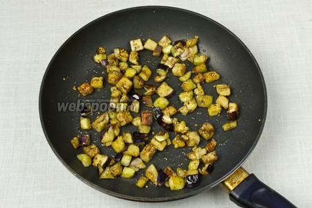 Разогреть сковороду, добавить оливковое масло, а затем баклажаны. Обжаривать до готовности приблизительно 7-10 минут. После посолить и поперчить. Переложить в другую ёмкость.