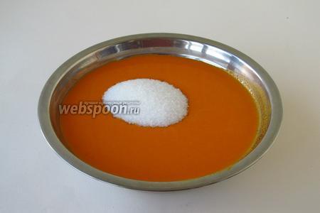 Взвесить получившееся пюре (должен получиться 1 кг) и всыпать двойное по весу количество сахара.