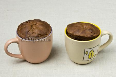 Огнеупорные формочки с шоколадной массой перед подачей поместить в разогретую до 200 °C духовку на 10 минут. Суфле поднимется и покроется корочкой, при этом внутри шоколадная масса останется жидкой. Мусс можно подавать через 2 часа с зефиром или печеньем.
