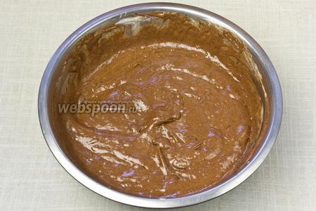 Добавить белки в шоколад, добавляя их небольшими порциями и интенсивно перемешивая лопаткой.