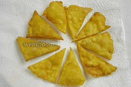 Выкладывать чипсы на бумажное полотенце, чтобы убрать лишнее масло.