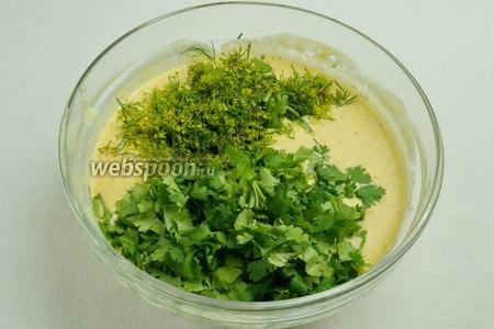 В сырную смесь добавить взбитые яйца и рубленую зелень.