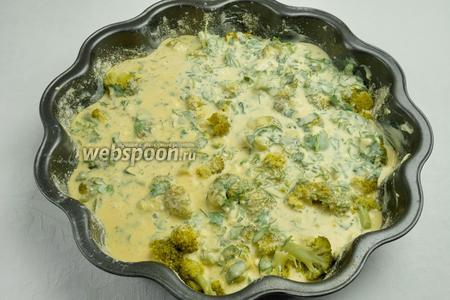 Подготовить форму: смазать поверхность сливочным маслом и посыпать её панировочными сухарями. Выложить соцветия капусты на дно формы. Залить капусту брокколи полученной смесью и присыпать всё тёртым пармезаном. Поставить форму в разогретую до 180 °С духовку и запечь капусту в течение 30 минут.