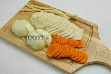 Вымыть, почистить и нарезать овощи.