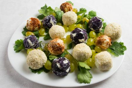 Выложить на зелень сырные шарики. Подать к столу на ужин.
