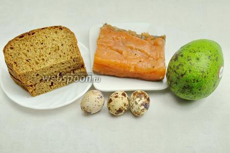 Для приготовления канапе необходимо взять 3 ломтика чёрного хлеба, оливковое масло, сёмгу домашнего посола, перепелиные яйца, авокадо, укроп и кинзу, чёрный молотый перец.