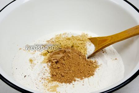 Просейте в миску муку, соду и молотые специи. Всё тщательно перемешайте.