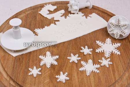 Если есть плунжер для мастики сделать декоративные элементы, к примеру, снежинки.