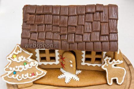 Расставить пряники и притрусить сахарной пудрой имитируя снег. Пряничный домик готов.