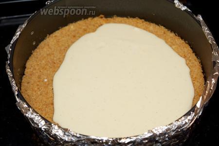 Вылейте сырную массы на слегка остывший корж.