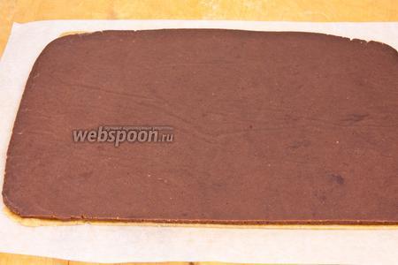 Переложить шоколадное тесто на кофейное или наоборот (если не получается это сделать из-за недостаточной эластичности теста, то оставить его на холоде на 30 минут).