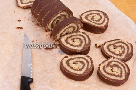 Разогреть духовку до 200 °C. Вынуть тесто из холодильника. Развернуть и нарезать пополам с помощью острого ножа. Половину теста вернуть обратно в холодильник, чтобы оно было охлаждённым в то время как будет выпекаться первая половина. Используя острый нож, нарезать тесто кольцами по 1 см.