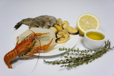 Для приготовления салата нам понадобятся такие морепродукты : мидии, хвосты тигровых креветок, кальмары, рак свежий, лимон, оливковое масло и тимьян. Не удалось достать свежего рака, использовал уже варёного.