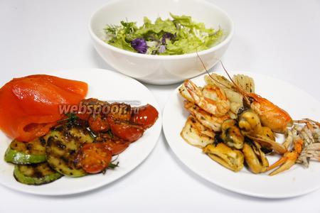 Настало время смешивать готовые ингредиенты и выкладывать наш салат, пока он ещё тёплый. У сладкого перца нужно аккуратно удалить плодоножку и семена, при этом старайтесь не нарушить целостность продукта.