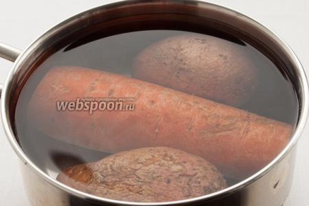Отварите картофель и морковь.