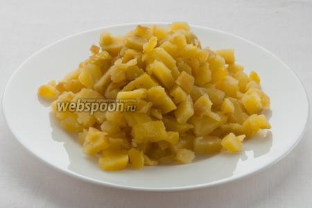 Остудите варёный картофель, очистите его и порежьте кубиками.