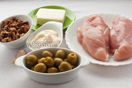 Для приготовления шариков нам понадобятся: куриное филе, плавленый сырок, майонез, чеснок, орехи и оливки.
