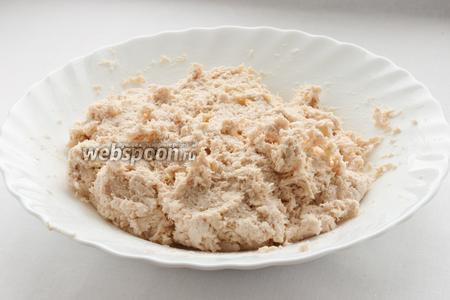 Перемешайте куриное филе, сыр, чеснок и майонез.
