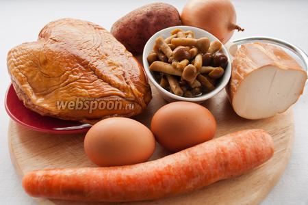 Для приготовления салата вам понадобятся: маринованные грибы, картофель, морковь, яйца, лук, колбасный сыр и майонез.