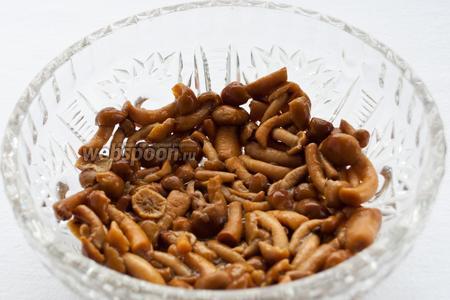 Начинаем собирать салат: первым слоем выкладываем маринованные грибы.
