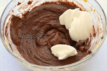 Аккуратно введите в тесто белки.