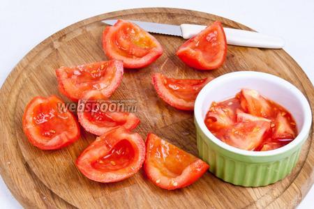 Вычистить сочную сердцевину из помидора, а остальную часть нарезать кубиками (сердцевина не понадобится в салате).