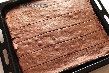 Развернуть тесто. Разрезать вдоль на 6 полосок одинаковой ширины.