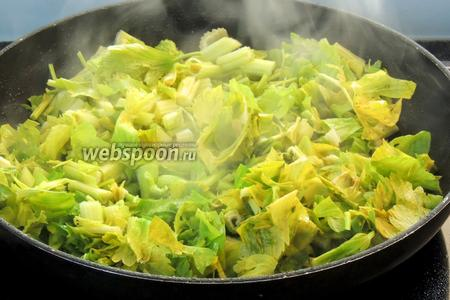На оставшемся оливковом масле обжарим нарезанный сельдерей около 2 минут.