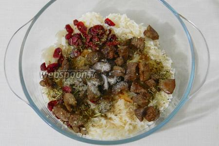 В подготовленный рис высыпаем все ингредиенты для начинки.