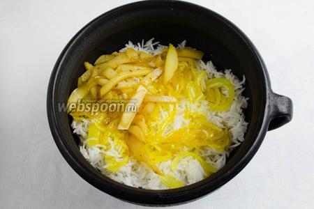 Снова выложить слой риса, потом слой лука, а потом слой айвы.