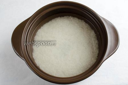 Подготовленный рис залить водой и поставить на медленный огонь. Варить рис в течение 12-15 минут.